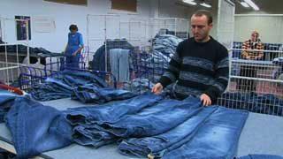 Victimes de la mode : le vrai prix du jean délavé grande